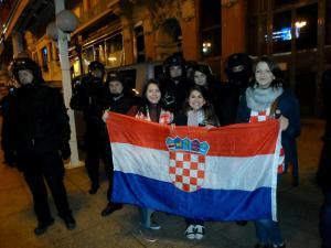 Detalhe para um ponto brilhante na minha orelha: comprei, por 5 kuna, o brinco com a bandeira croata brilhando! x)