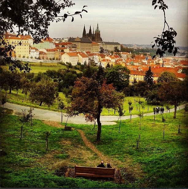 A foto foi tirada em Praga, na República Tcheca. Lembro de ter chamado minha atenção o casal, sentado no banco, observando a paisagem e planejando os próximos passos. Lembrou meus avós ao contarem de como ficaram planejando cada nova reforma na casinha onde hoje eles moram.